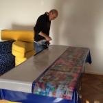 Herr Schaefer (Brückner & Neuner GmbH) bringt die Folien an